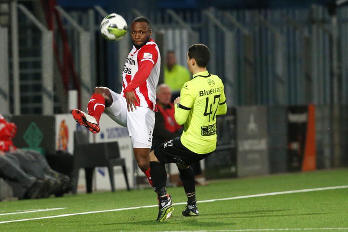 Lorenzo Piqué in duel met Telstar-speler Mohamed Hamdaoui.