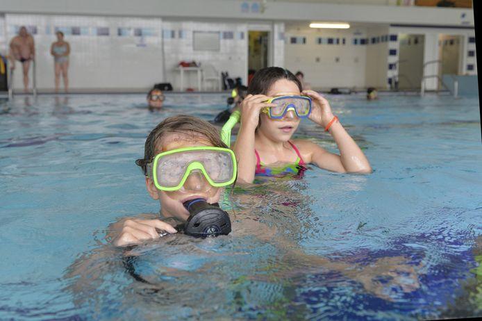 Kinderen leren duiken in het zwembad van Aartselaar.