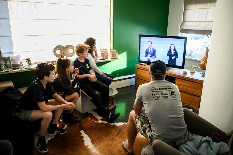 De persconferentie van Mark Rutte in huize Renooij. Gerrit en Ivone Renooij, met zoon Yago (met rood haar), en neefje en nichtje Felipe en Isis Bolweg.  Beeld Bram Petraeus