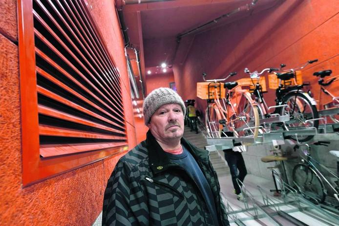 Henk Saat in de fietsenkelder onder Rozet. Foto Gerard Burgers