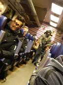 Beeld vanuit de trein, waar zwaarbewapende agenten zijn binnengekomen