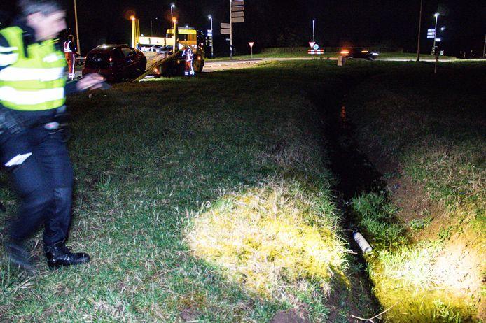 De politie trof bij het ongeval in Brummen een fles lachgas aan in de sloot.