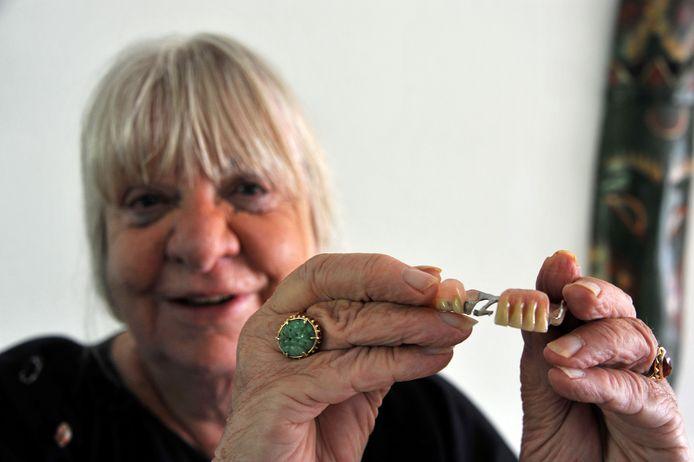 De Dordtse Tineke Bosman was haar prothese al vier weken kwijt. Vanochtend zijn de vrouw en haar ondergebit  herenigd.