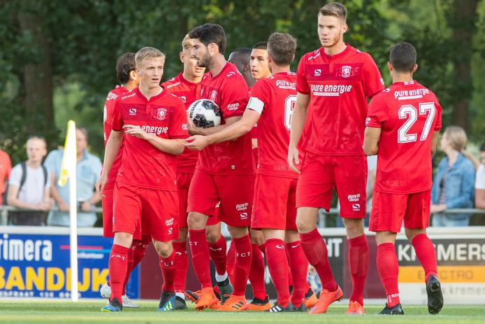 FC Twente viert de gelijkmaker van Matthew Smith.