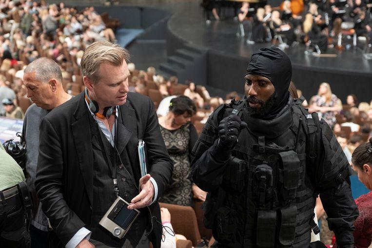 Christopher Nolan (links) op de set van 'Tenet' met hoofdrolspeler John David Washington. Beeld