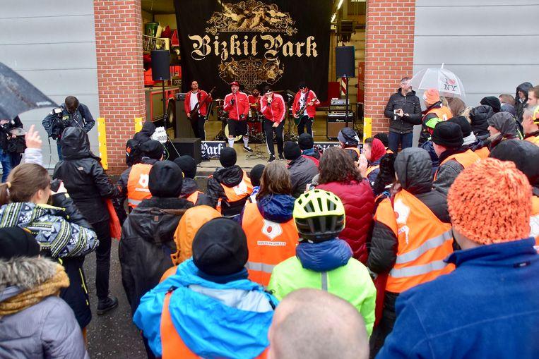 Verrassing van formaat, toen de coverband Bizkit Park de rolstoelbasketters trakteerde op een mini-optreden.