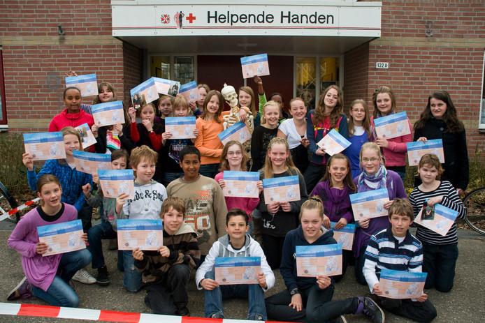 Archieffoto uit 2010 van jeugdige EHBO'ers. Zij haalden hier zojuist hun certificaat.