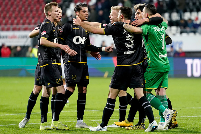 Olij (rechts) viert het feest met zijn ploeggenoten.