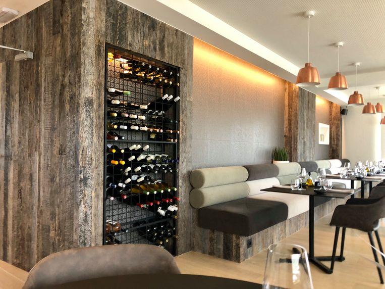Het wijnrek is een eyecatcher in het huiskamerrestaurant.