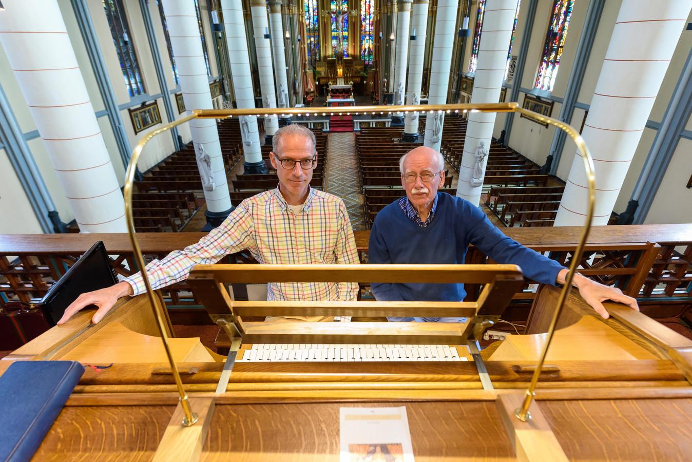 Louis ten Vregelaar (links) en Hans van Dam van stichting Orgelconcerten Hengelo.