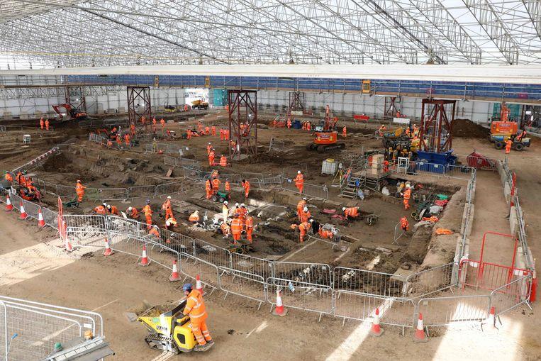 Overzichtsbeeld van de gigantische opgravingen van de oude begraafplaats St. James Gardens.