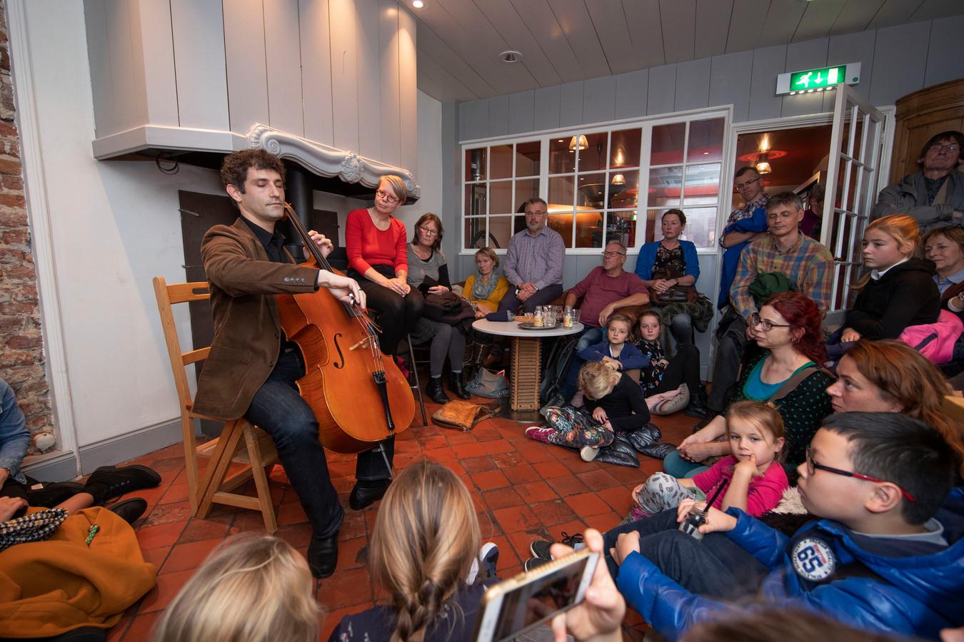 Dale Henderson speelt 'Bach in de Subways' in een bomvolle koffiezaak De Eenhoorn  in Kampen.