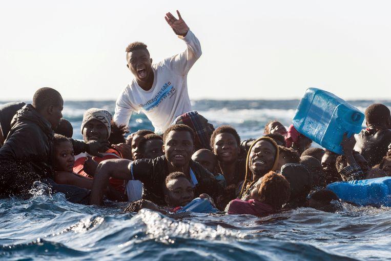 Migranten op een zinkende rubberboot op de Middellandse Zee, in januari dit jaar. Illustratiebeeld.