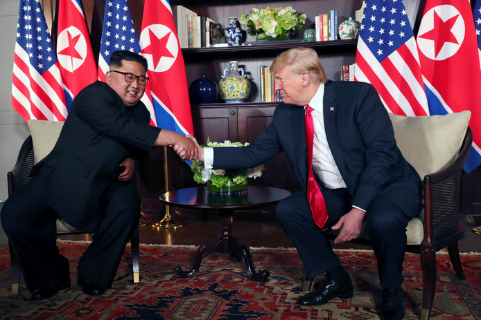 President Donald Trump (rechts) schudt de Noord-Koreaanse leider Kim Jong-un de hand.
