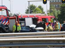 Auto raakt vangrail bij Velperbroek, inzittende gewond