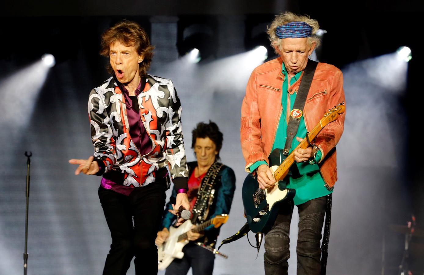 Keith Richards (rechts) naast Mick Jagger. Op de achtergrond zie je Ron Wood.