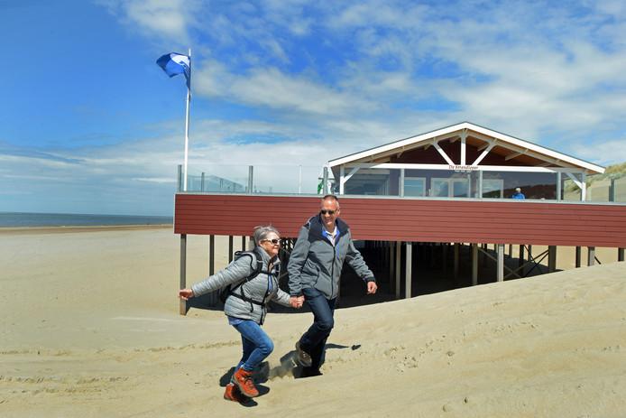 Standpaviljoen de Strandloper bij Nieuw-Haamstede krijgt de blauwe vlag. Het viel Jan en Ellie van Beek meteen op.