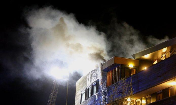 Bij een brand op het dak van een appartementencomplex in Den Bosch is een vrouw zwaargewond geraakt.