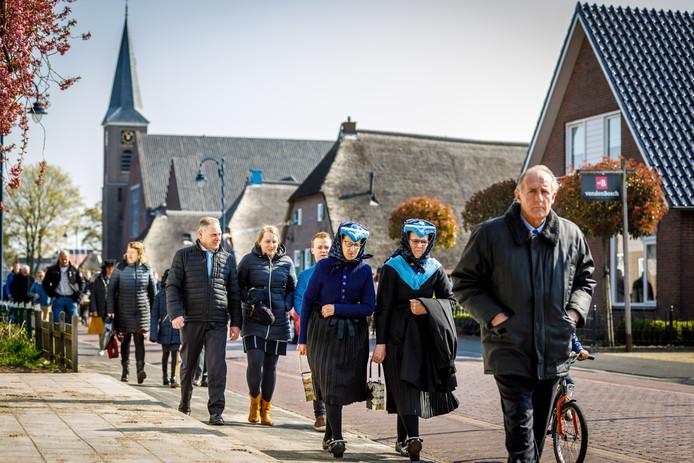 Honderden vrome Staphorsters eren op zondag hun Heer en bewegen zich massaal richting de dorpskerk.