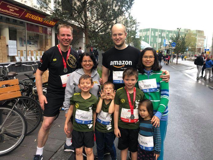Johan (links) en Matthijs Wessels, hun vrouwen Ximena Aragon (links) en Hà Doàn en de kinderen (vlnr) Sebastián, Nathan-MInh, Santiago en Hannah-Linh doen mee aan allerlei afstanden van de Marathon Eindhoven.