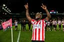 Royston Drenthe viert feest met het Sparta-publiek na de 2-0 zege op Eindhoven. Drenthe is een van de grote namen die de eerste divisie meer cachet geven.