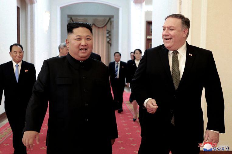 De Amerikaanse minister van Buitenlandse Zaken Mike Pompeo (R) en Kim Jong-un