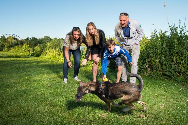 Sandra Bruins met haar gezin en hond Budha. 'Het leek ons mooi om een hond een beter leven te kunnen geven' Beeld Mats van Soolingen