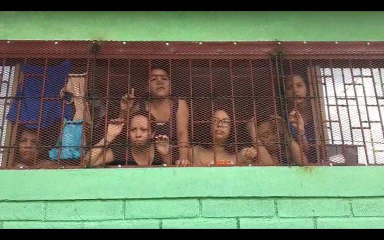 Amaya en haar celgenotes moeten op hun stapelbed klimmen om door de tralies naar buiten te kunnen kijken.
