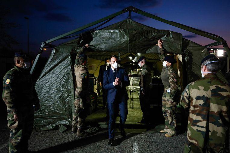 De Franse president Emmanuel Macron bezoekt een veldhospitaal in Mulhouse, in het oosten van Frankrijk. Het militaire ziekenhuis is ingericht om covid-19-patiënten op te vangen. Beeld AFP