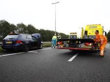 Berger haalt auto van de vangrail bij Hattemerbroek om bestuurder uit wagen te kunnen krijgen