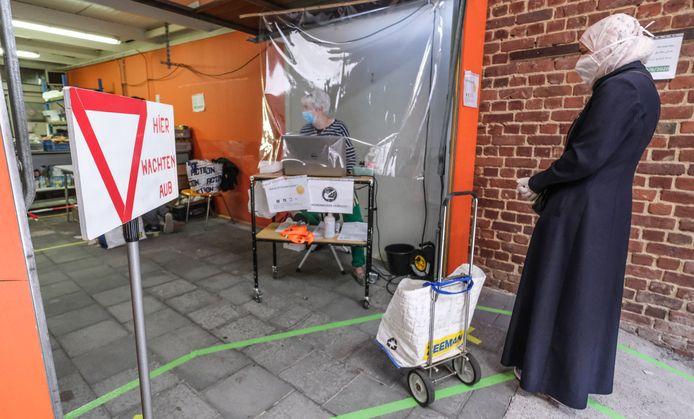 Aanschuiven bij de Voedselbank in Kortrijk