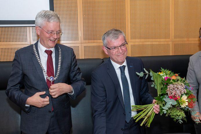 Bloemen van burgemeester Weterings voor scheiden griffier Gerard Vrenken.