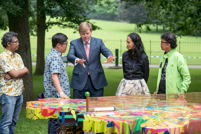 Koning Willem-Alexander op 3 juni bij de opening van Sonsbeek 2016 bij een van de tafeltennistafels van Louie Cordero (de kunstenaar staat links naast de koning).