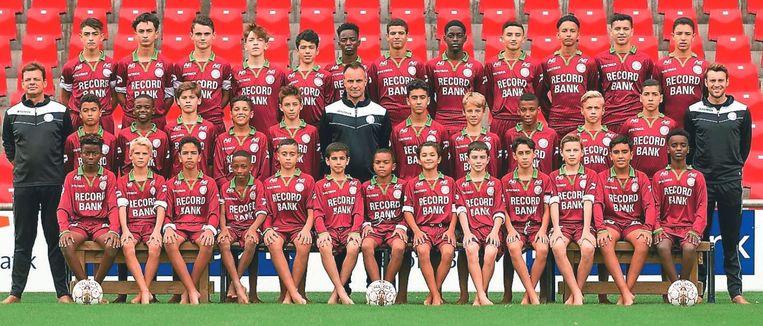 De opvallende ploegfoto: op de Soccer School werd vaak op blote voeten getraind.