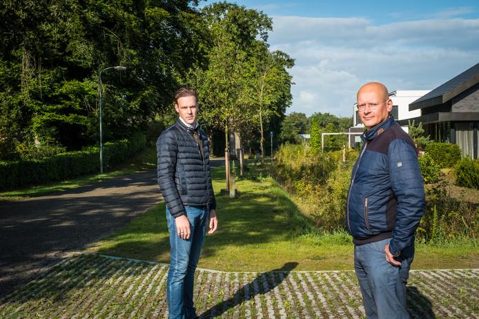 Frank Nico Hogeweg en Hans Sonneveld wonen in het Hattemse Loo. De gemeente wil dat zij een buffer van 2,5 meter groene begroeiing aanleggen langs hun voortuinen.