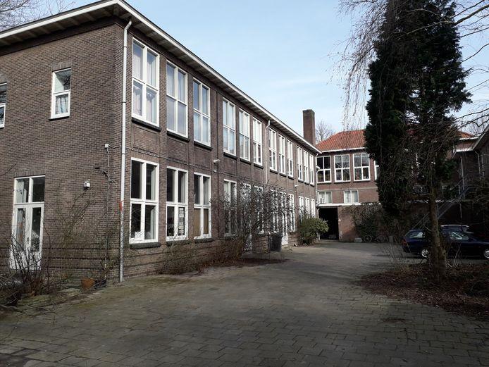 Superstedeke zit in een voormalig schoolgebouw, verscholen tussen de Lange Nieuwstraat en de Stedekestraat.