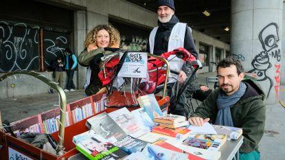 """Bibliotheek op wieltjes zet Brusselse daklozen aan het lezen: """"Die boeken terugbrengen is voor sommigen een zeer belangrijk gebaar"""""""