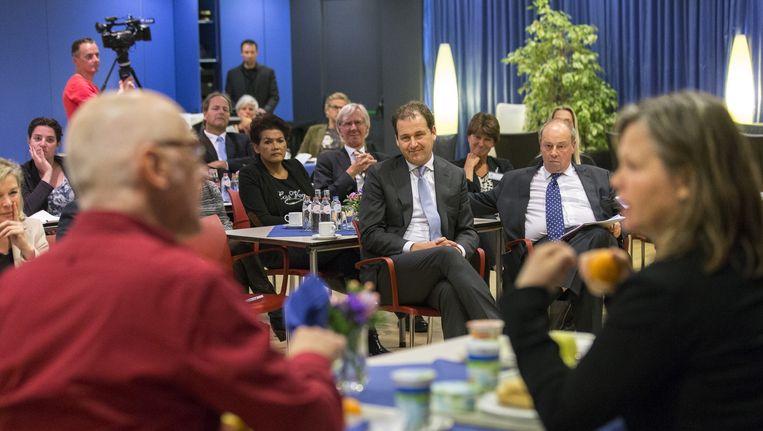 Minister Asscher (midden) kijkt in het Amphia Ziekenhuis in Breda naar een theaterstuk over pesten op het werk. Beeld Jerry Lampen, ANP
