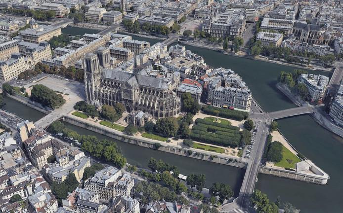De Notre-Dame op haar eiland in de Seine, in het hart van Parijs. Beeld van Google Earth, in betere tijden voor de bekendste kerk van Frankrijk.
