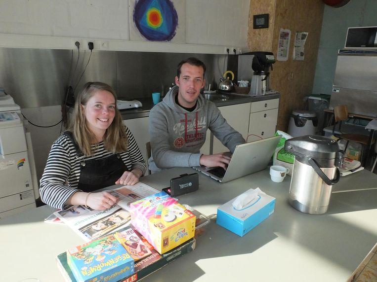 Ouders Saartje Van Landuyt en Bart Jonckheere verblijven overdag in de leraarskamer.