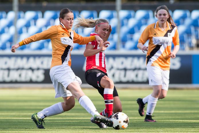Joy Schellekens (links) van Achilles in een eerdere wedstrijd.