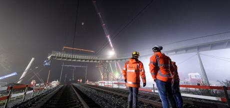 Hoogst punt slingerspoorbrug in Park Lingezegen bereikt