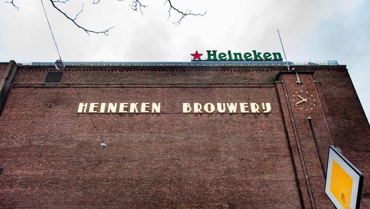 Na een bezoek van Freddy Heineken aan Amerika werd de apostrof-S na het woord Heineken van de gevel op de Stadhouderskade verwijderd, met een gapend gat tot gevolg Beeld Marijke Stroucken