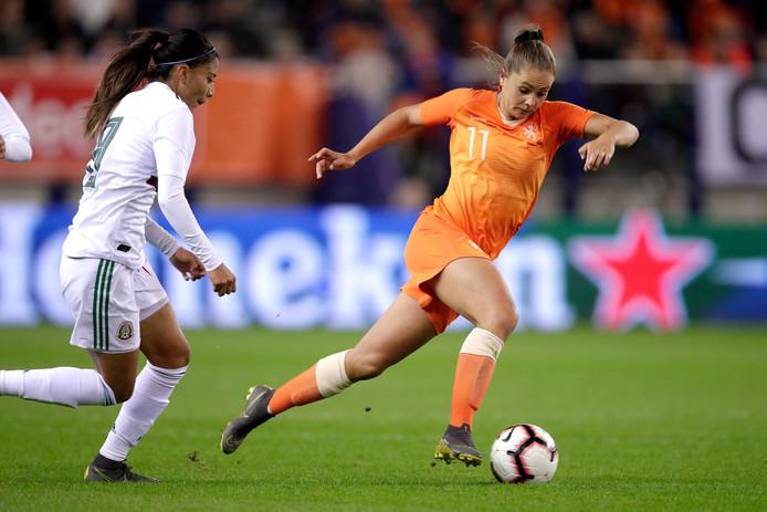 Lieke Martens passeert Nancy Antonio.