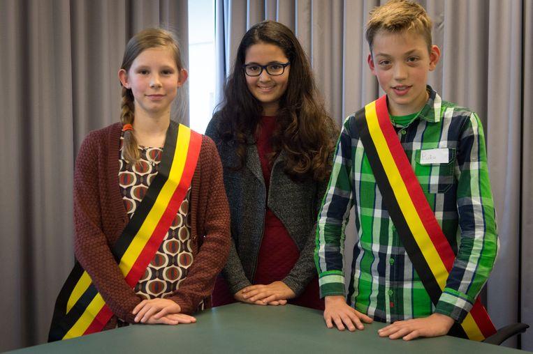 Salma Abraray (midden) met haar opvolgers burgemeester Pieter en secretaris Merel.