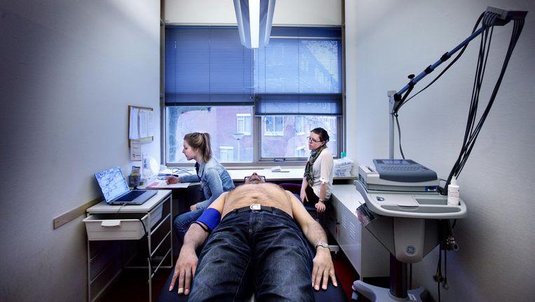 Een deelnemer aan het Helius-onderzoek wordt onderzocht in Gezondheidscentrum Holendrecht. Het grote onderzoek bekijkt gezondheid en afkomst Beeld Jean-Pierre Jans