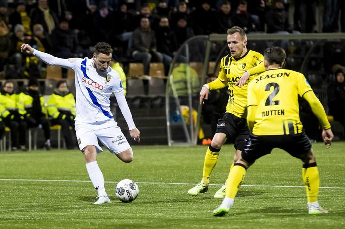 Roy Beerens (links) haalt uit in het duel met VVV-Venlo.