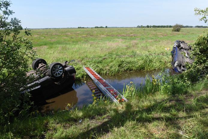 Zaterdagmiddag belandden twee auto's op de kop in een sloot bij de Koningin Wilhelminaweg in Maartensdijk. Twee personen raakten gewond.
