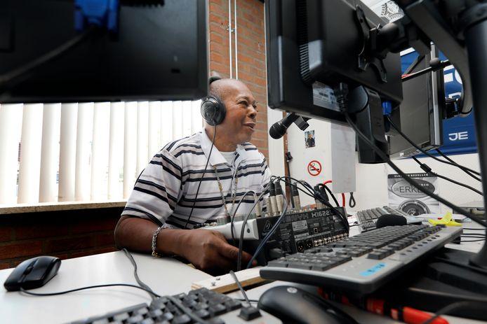 De 74-jarige Miro Isidora tijdens zijn uitzending voor Radio De Erker.