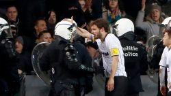 LIVE. Opstand bij fans Lokeren: objecten op veld, tumult met politie. Beerschot op weg naar periodetitel
